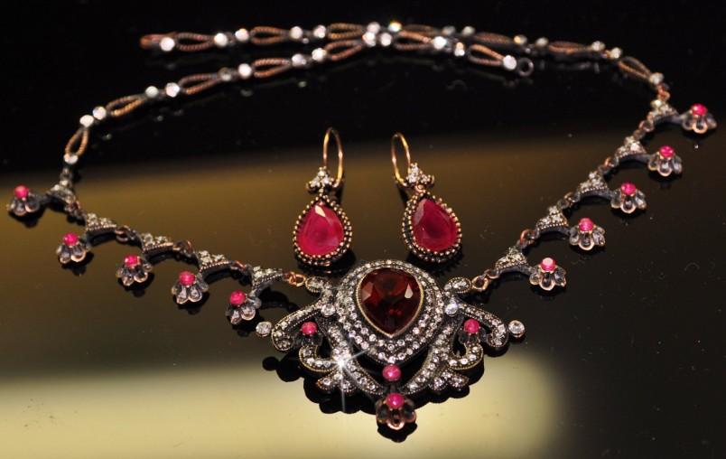 На 40 летнюю годовщину свадьбы преподносятся подарки и украшения с драгоценными камнями. Символическим подарком станет драгоценный набор с рубинами.
