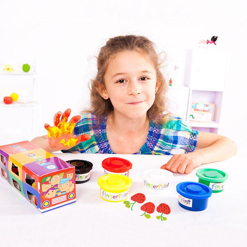 Для детей от года и выше можно приготовить пальчиковые краски на основе муки. Они являются безопасными, и в случае если попадут в рот ребенку не принесут вреда.