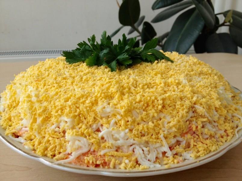 Украсить салат можно тертым твердым сыром и свежей зеленью.