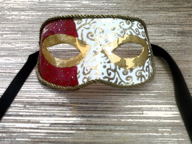 Для заглаживания неровностей покройте маску белой гуашью, затем можно приступать к завершающему этапу оформления вашей маски.