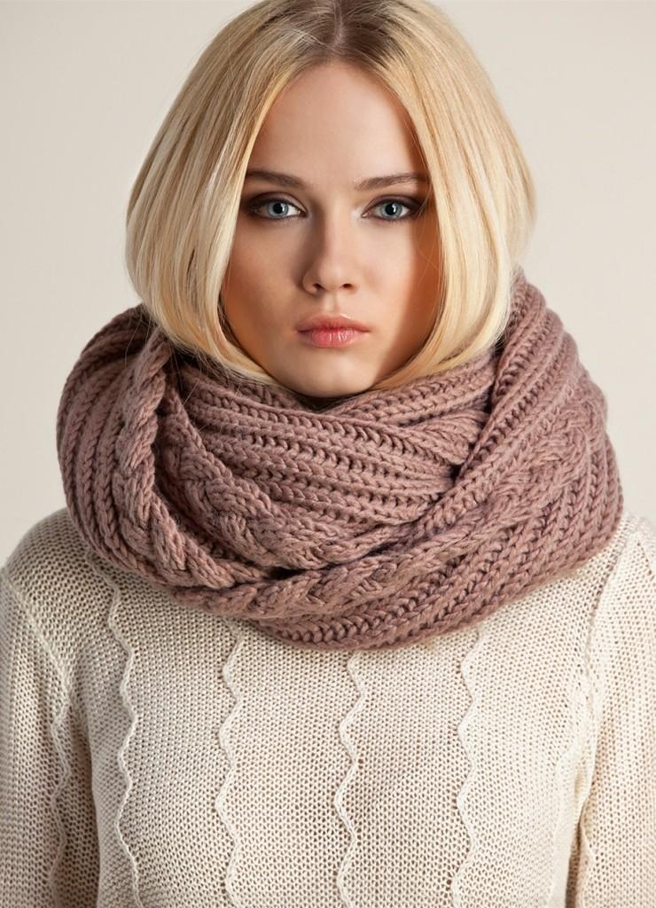 Круглый шарф завязывается довольно легко. Шарф такого вида придаст вам особой романтичности.
