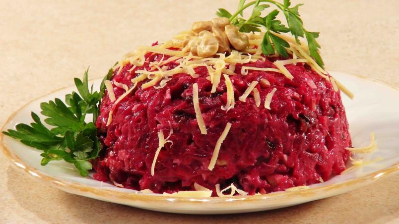 Порадуйте своих родных и близких неповторимым вкусом салата из свеклы.