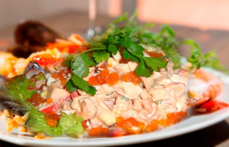 Салат с морепродуктами разнообразит ваш стол своим насыщенным и необычным вкусом.