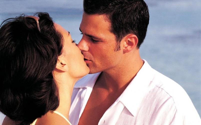 Не переживайте если вы встречаетесь с парнем, а у вас еще не было первого поцелуя. Значит время еще не пришло, и молодой человек не хочет вас смущать своей настойчивостью. Возьмите инициативу в свои руки и поцелуйте его первая.