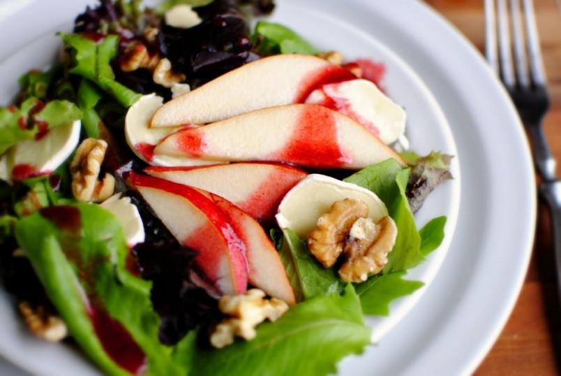 Добавив сыр в фруктовый салат, вы придадите его вкусу колоритности и сделаете его более сытным.