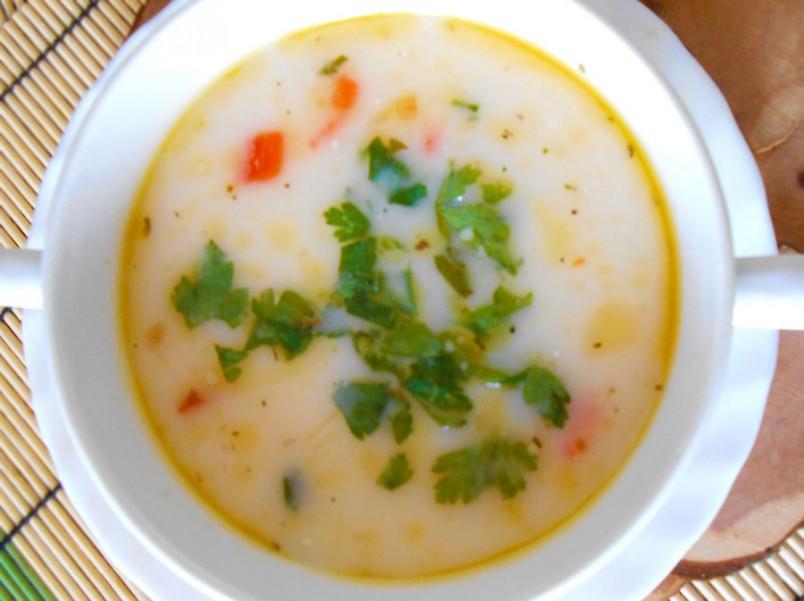 Добавив в сырный суп колбасу, вы сделаете его вкус более насыщенным и питательным.