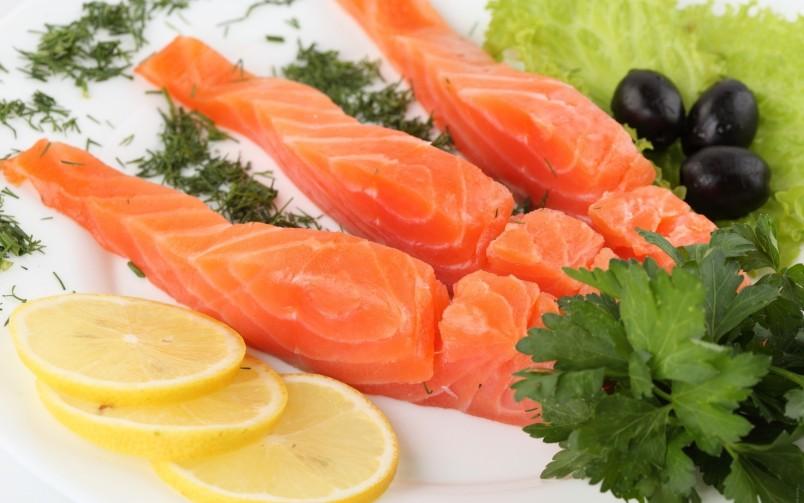 Красная рыба прекрасно сочетается с красной смородиной. Такое блюдо обладает колоритным и изысканным вкусом.