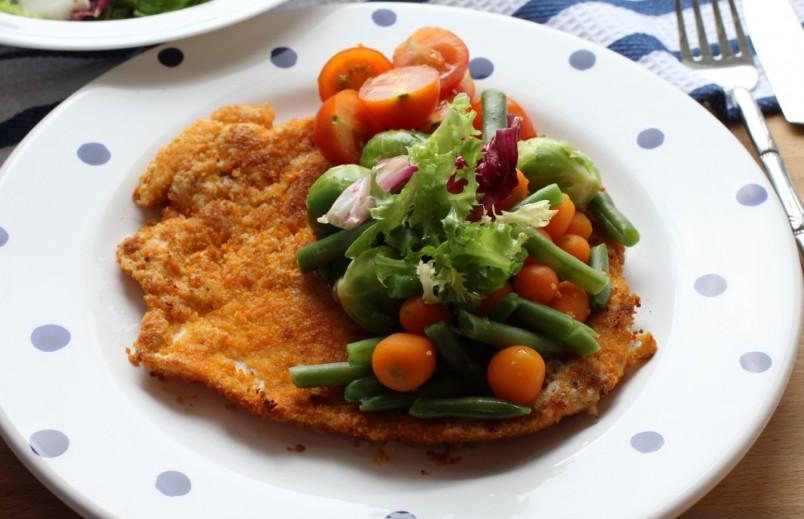 Отбивная с овощами отлично подойдет на ужин.