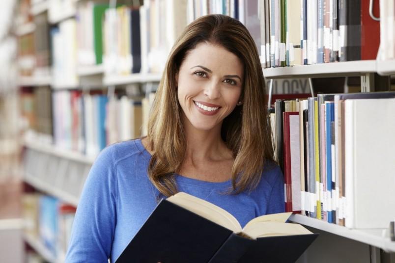 Самое главное - самосовершенствуйтесь. Читайте познавательные книги, займитесь спортом, ухаживайте за собой, и вы увидите как обретете уверенность и совершенство в своих глазах.