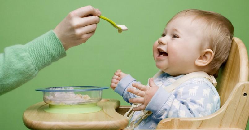 Начинать прикармливать малыша кашей нужно постепенно. Для начала начните давать кашу один раз в день, затем увеличьте количество приемов до двух-трех раз.