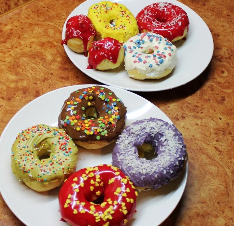 Для сладкоежек, которые следят за своей фигурой, существуют рецепты низкокалорийных пончиков.