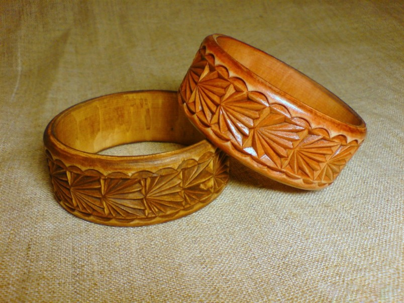 На пять лет совместной жизни отличным подарком станут деревянные резные кольца ручной работы.