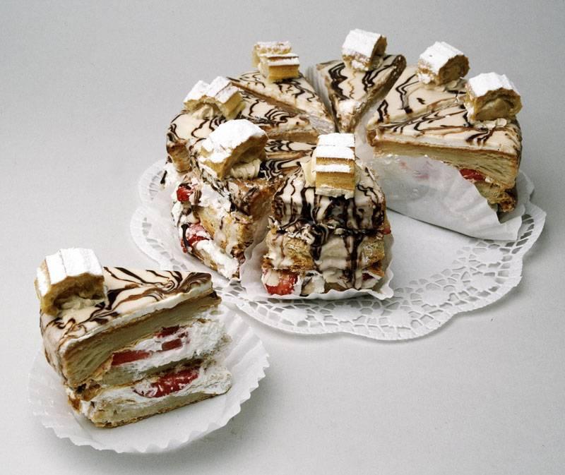 Наполеон с шоколадом, бананом и клубникой станет отличным подарком любимому мужчине на день рождения.