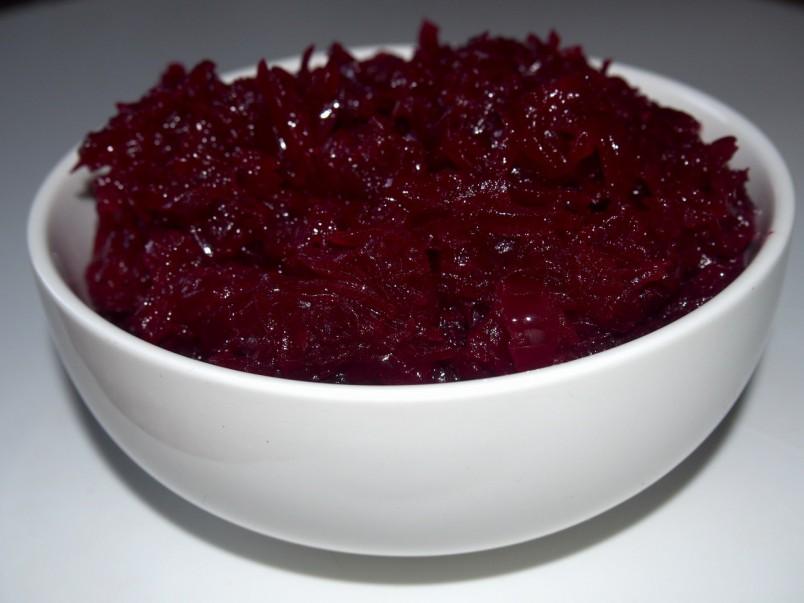 Салат из свеклы можно приготовить на скорую руку. Для этого вам понадобится свекла и лук.