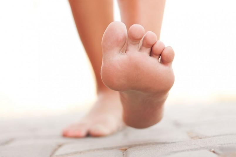 Сделать свои ножки красивыми и вылечить пяточные шпоры помогут компрессы из картофеля.