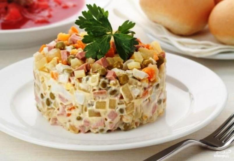 Приготовить соус для заправки оливье можно собственноручно. Тогда салат обретет изысканный и насыщенный вкус.