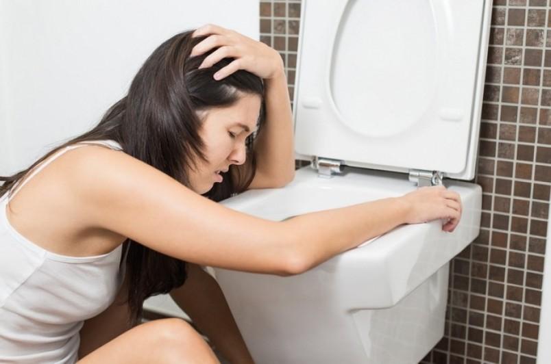 При отравлении следует искусственно вызвать рвоту. Таким способом небольшое количество яда выводится из организма.