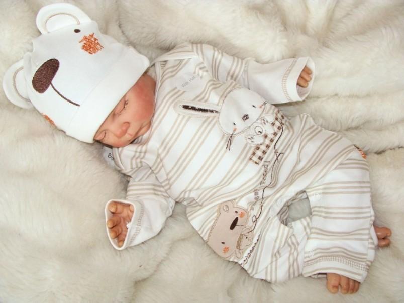 Одежда новорожденного должна быть только из натуральных тканей.