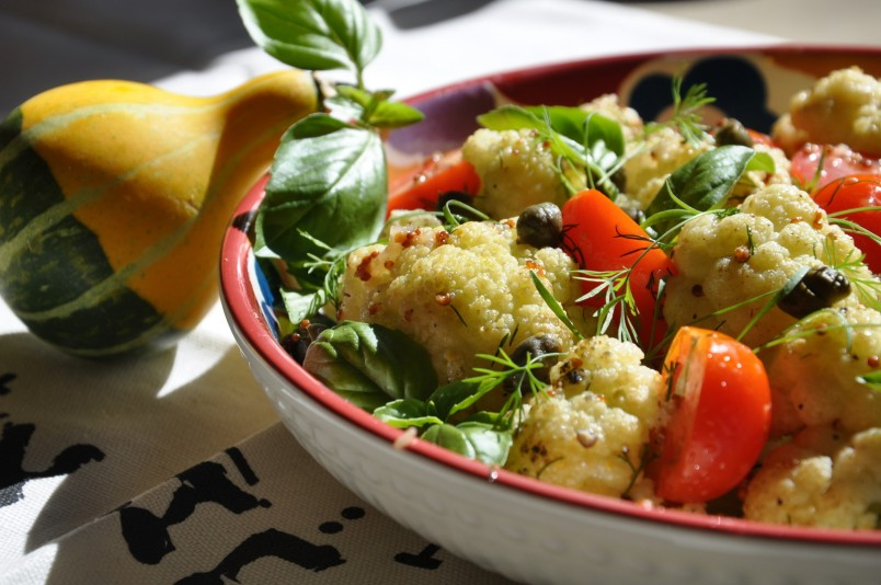 Салат с цветной капустой отлично подойдет для легкого ужина.