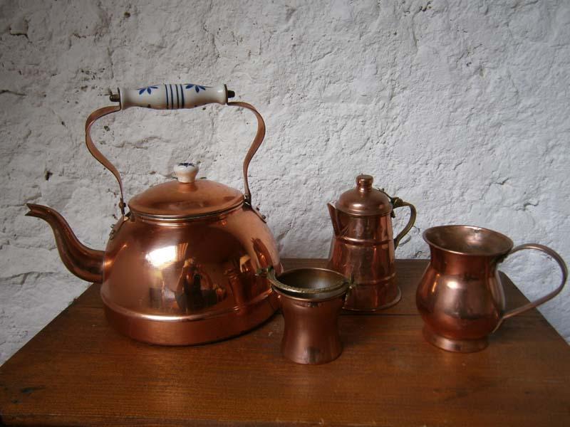 Чайный медный сервиз станет символическим презентом для медной свадьбы супружеской пары.