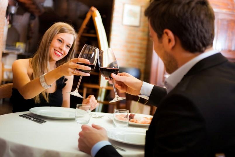 Романтический ужин-это повод одеться красиво и обворожительно. Наденьте самое красивое платье, а самое главное нижнее белье. Оно должно быть манящим и привлекательным.