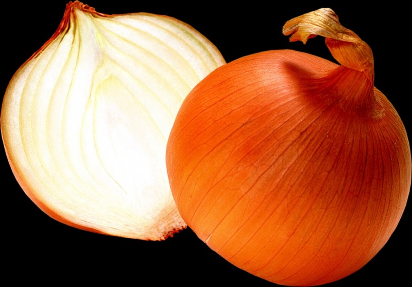 Репчатый лук поможет избавится от гноя. Запеките его в духовом шкафу и приложите к фурункулу.