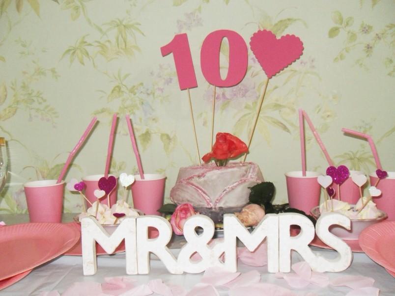 Если вы не знаете какой оригинальный подарок подарить друзьям на оловянную свадьбу, то устройте тематическую вечеринку-сюрприз. Нарядите комнату украшениями, приготовьте угощения и веселые конкурсы на первый свадебный юбилей.
