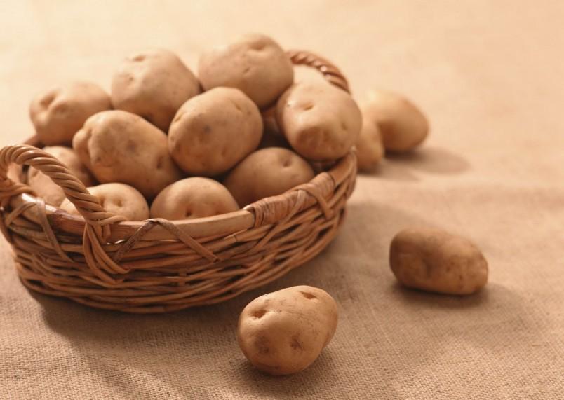 Картофель обладает лечебными свойствами. Натрите его на терку и сделайте компресс на ночь. Подобный метод эффективно избавит вас от кашля .