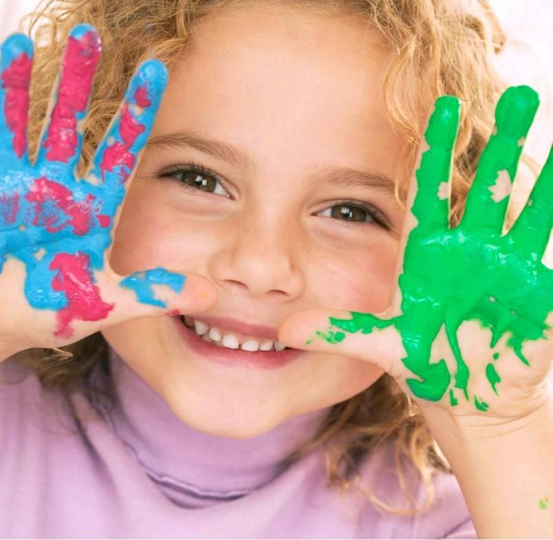 Сделайте процесс рисования для своего ребенка интересным и увлекающим. Рисуйте ножками и ручками, и тогда малыш будет в восторге.