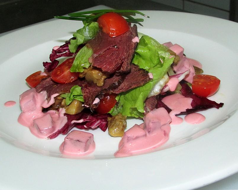 Салат из печеной свеклы с мясом, станет отличным украшением новогоднего стола.