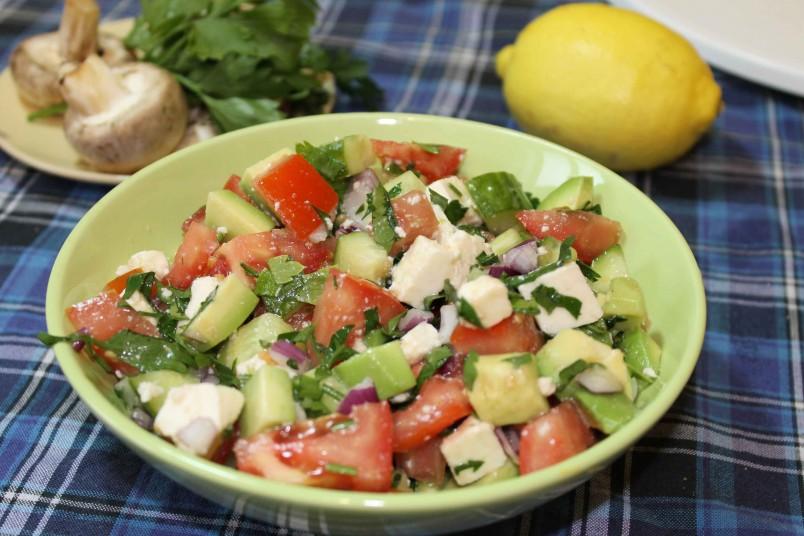 Салат с авокадо и брынзой, отлично подходит для людей, которые следят за своей фигурой.