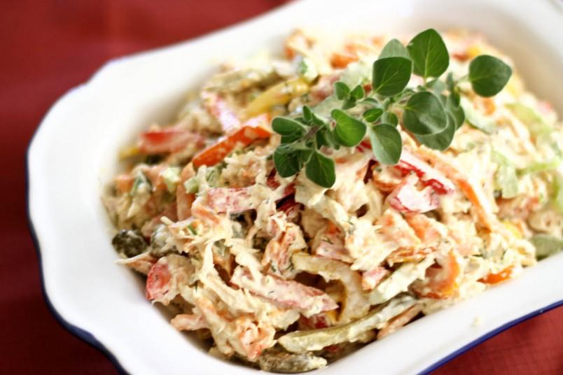 Для украшения грибного салата рекомендуется использовать свежую зелень.