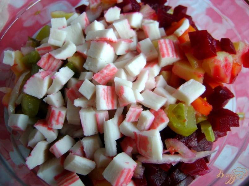 Крабовые палочки придают более нежный и изысканный вкус салату со свеклой.