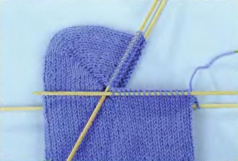 Обычные носки можно связать из одного вида пряжи, или из нескольких, сотворив  из обычных вязанных носков  произведение искусства