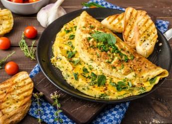 Готовый омлет полезно украсить зеленью, ломтиками огурца или помидора. Это придаст блюду законченный вид.