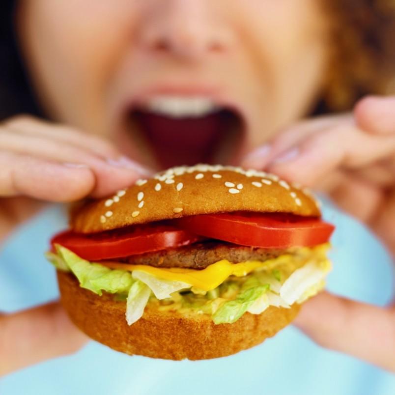 Поспешная еда и плохо разжеванная пища или еда «в сухомятку» травмируют слизистую оболочку механически, чем и вызывает гастрит.