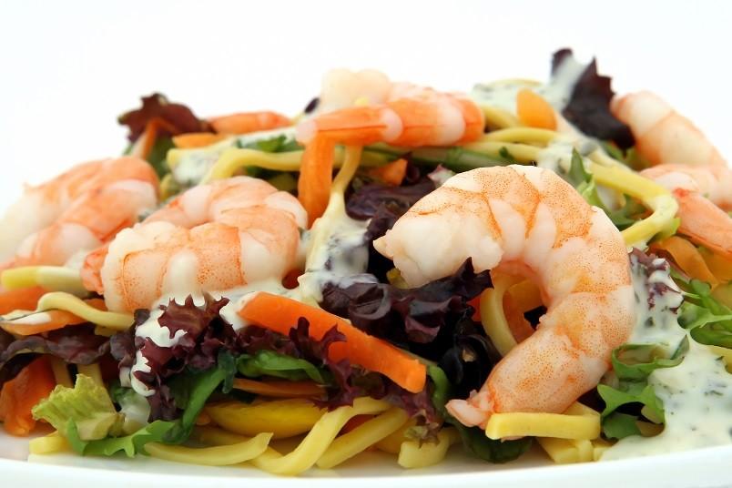 Сочетание вкусов креветок и морской капусты изумительное. Попробуйте и вам захочется еще.