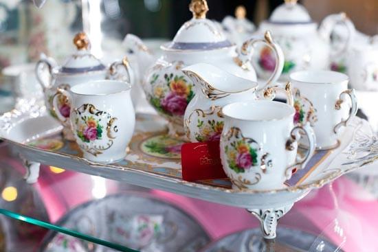 Фарфоровая свадьба явный показатель того, что традиция отмечать свадебные юбилеи окончится для семейной пары еще не скоро. А прекрасный чайный сервиз из фарфора станет отличным подарком для них.