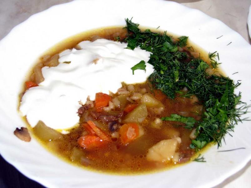 Многие домохозяйки советуют дать супу настояться в течение нескольких часов, так он становится еще вкуснее и насыщеннее.