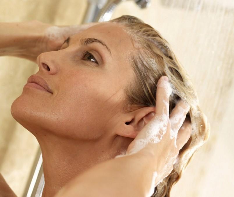 Женщинам с обесцвеченными волосами следует избегать попадания на голову соленой морской воды, в жаркие солнечные дни нужно носить головные уборы, в морозы – защищать локоны от холода.