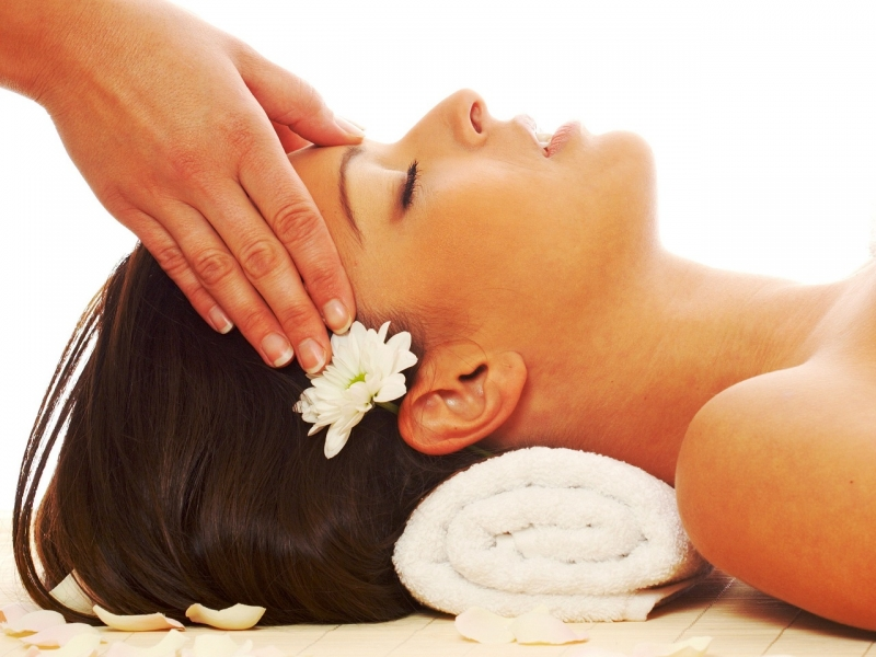 Массаж лица поможет улучшить цвет кожи, поддержать ее тонус, снизить отечность.