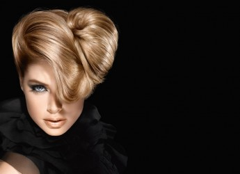 Здоровый волос имеет однородную структуру, кератиновые чешуйки плотно прилегают друг к другу, он эластичный и упругий, потому и блестит.