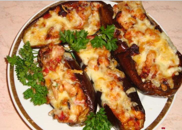 Баклажан один из популярных овощей для приготовления закусок.