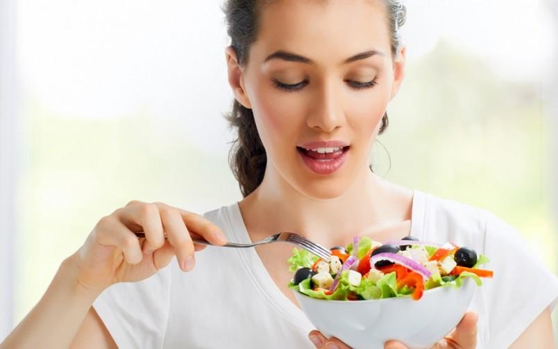 Во время очищения печени следует отказаться от потребления мяса, рыбу, а также грибы, соления, яйца, молочные продукты.