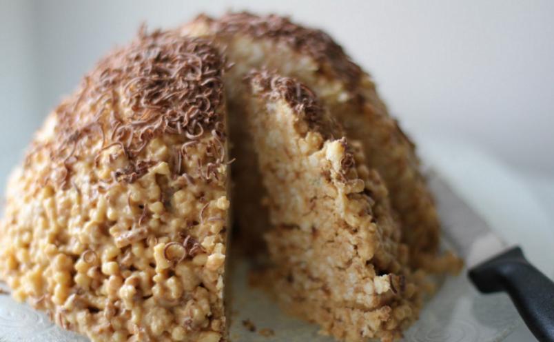 В качестве посыпки на сложенный горкой десерт можно использовать мак, шоколадную стружку, толченые орехи или семечки, изюм, сухофрукты и т.д.