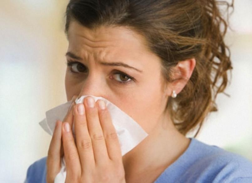 Насморк - первый признак простуды.