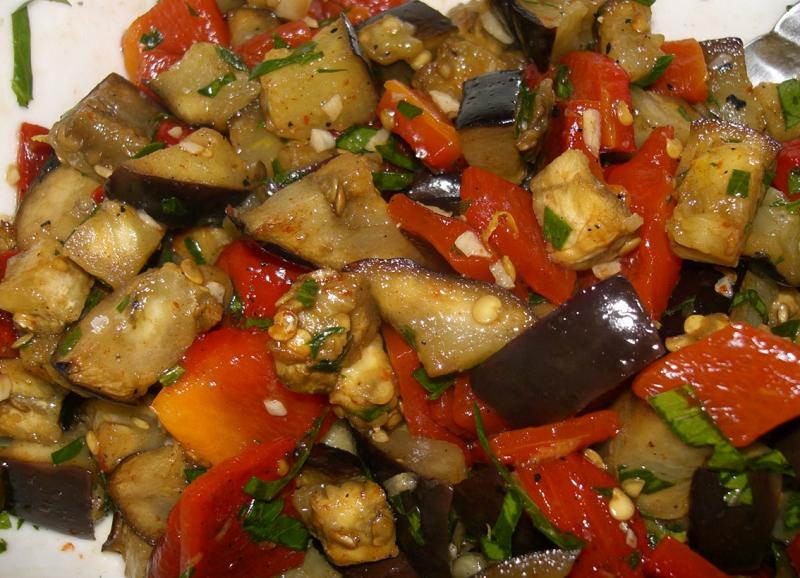 Острая закуска из баклажанов на зиму станет отличным дополнением к мясному блюду.