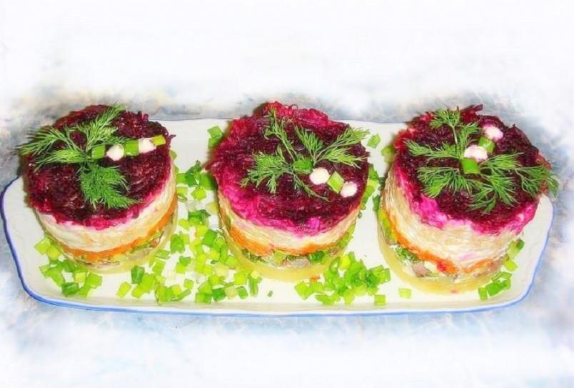 Экспериментируя с традиционными салатами, некоторые повара используют в приготовлении этого блюда дополнительные продукты.
