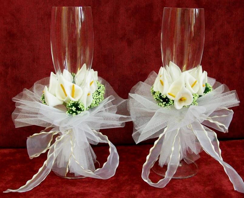 Во время свадебного торжества бокалы жениха и невесты выполняют скорее декоративную, нежели практическую функцию.