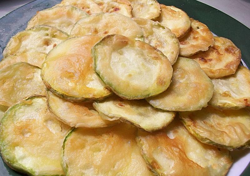 Добавить пикантности вкусу жаренных кабачков в кляре может мелко нарезанный чеснок, зелень или черемша.